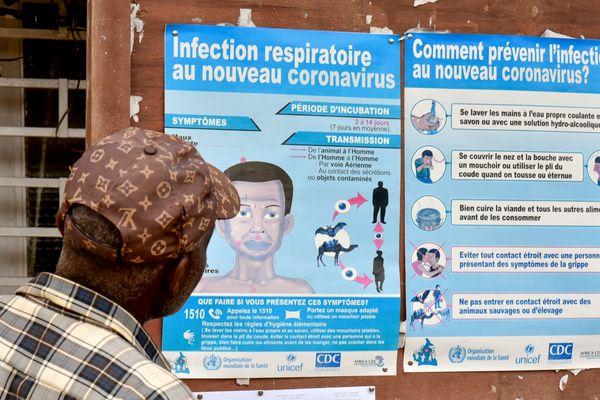 Un homme regarde des affiches de prévention sur le coronavirus, à Yaoundé au Cameroun, le 6 mars 2020
