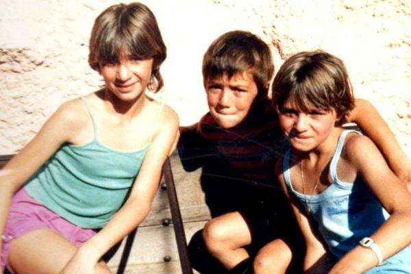 Karine à droite avec ses cousins