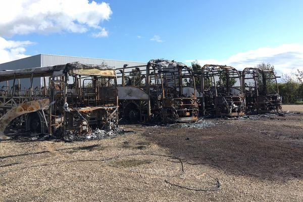Cinq bus ont été incendiés.