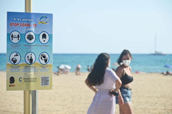 Une plage sur la côte de la Catalogne - 2021.
