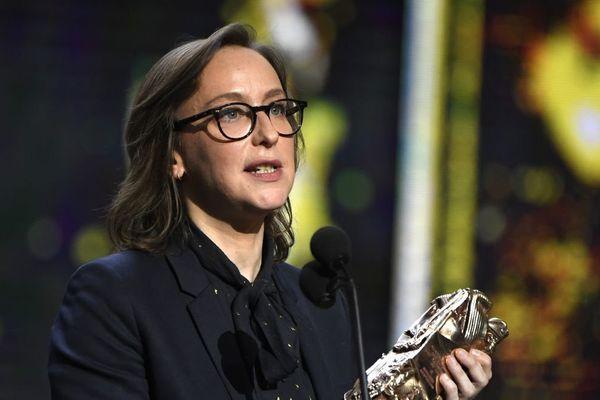 """La réalisatrice et scénariste française Céline Sciamma prend la parole après avoir reçu le César de la meilleur adaptation pour """"Ma vie de Courgette"""" à la Salle Pleyel à Paris le 24 février 2017."""