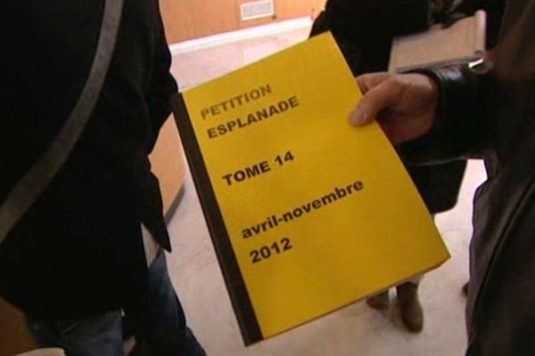 Un des nombreux livrets qui recueillent les signatures