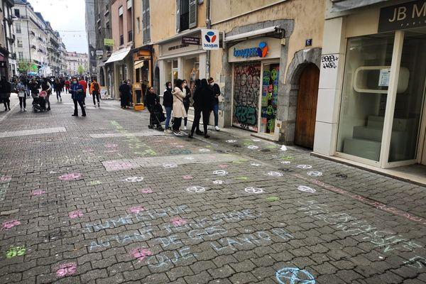 La boutique Bouygues à Grenoble a aussi été taguée.