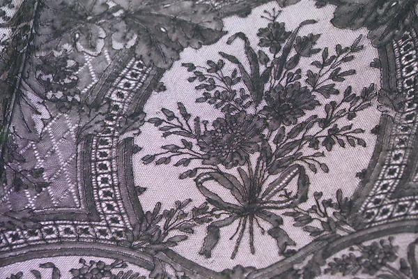 Détail dub as de robe en dentelle de soie noire de la Maison Lefébure, MAHB