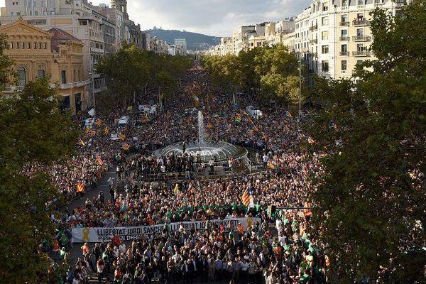 Une foule impressionnante a envahi les rues de Barcelone ce 21 octobre.