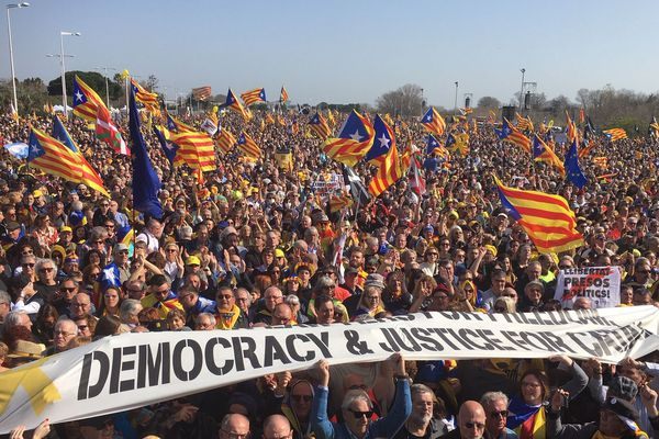 À quelques minutes du début du meeting, des dizaines de milliers d'indépendantistes ont investi le Parc des Expositions de Perpignan
