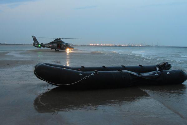 Le moteur de leur embarcation est tombé en panne. 12 migrants ont été hélitreuillés par la Marine nationale.