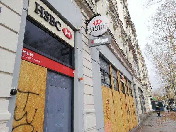 La banque HSBC à Rennes barricadée en prévisions de débordements des manifestations