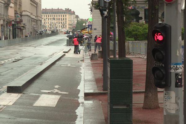 Sur la place Bellecour, une nonagénaire renversée par une trottinette électrique le 23 juin dernier. Le conducteur de la trottinette nie avoir grillé le feu rouge.