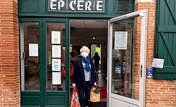 Une cliente à l'épicerie de Fourquevaux