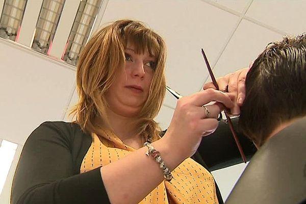 Juliette, non-voyante âgée de 28 ans, a ouvert son salon de coiffure à Desvres.