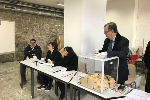 Paul-Marie Bartoli, le maire sortant, derrière l'urne du bureau de vote, et son adversaire, Jean-Pierre Luciani, à gauche.