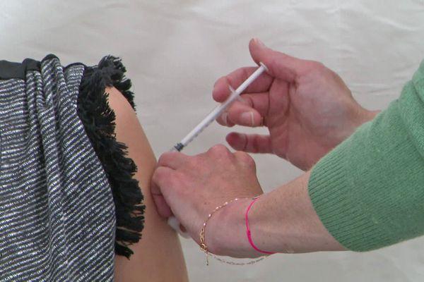 Injection dans un centre de vaccination