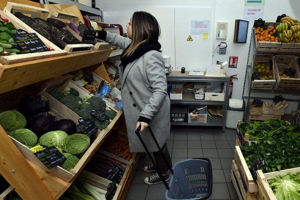 Après l'annonce du confinement et quelques jours d'angoisse, les petits commerçants restés ouverts ont vu affluer une nouvelle clientèle.