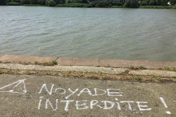 """""""'Noyade interdite"""", un tag réalisé sur le quai Wilson, le long de la Loire, sur l'île de Nantes"""