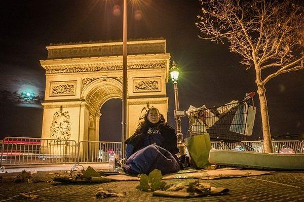 """29/11/2010 - France / Ile-de-France / Paris - """"Jeni, la SDF inconnue"""".  Dans l'infernale rafale hivernale, place de l'étoile. Cette femme est une handicapée mentale, sans doute schizophrène, qui passe la plupart de ses nuits en haut de l'avenue de la Grande Armée, depuis plusieurs années et en toutes saisons."""