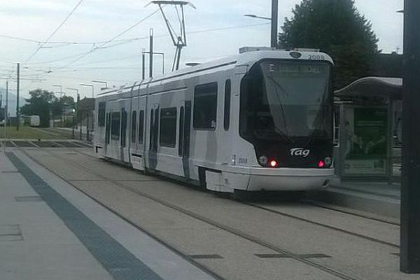 Le tram E au Fontanil