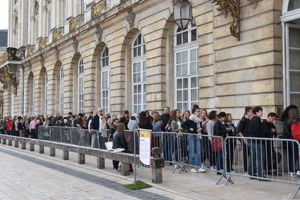 Le public attend pour entrer à l'hôtel de ville de Nancy, à l'occasion du Livre sur la Place 2017.
