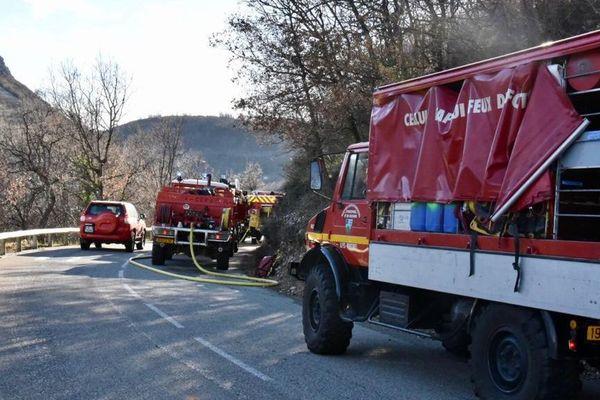 40 sapeurs-pompiers sont sur place aidés par un hélicoptère bombardier d'eau.