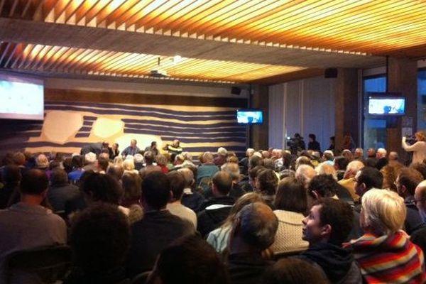 Public réuni en mairie de Grenoble pour l'atterrissage de Philae