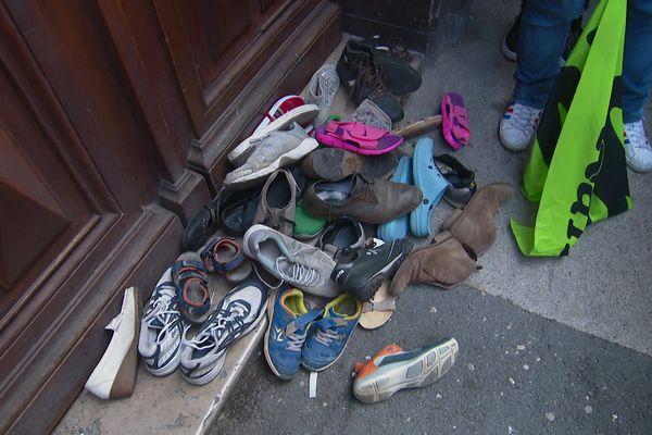 Chaussure déposées au pied de la permanence de Cécile Muschotti (LREM) à Toulon