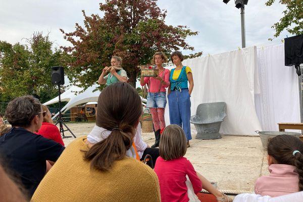 """Le spectacle """"Nos êtres chairs"""", de la compagnie des Zanimos, à Tadam !, dans le cadre du Off de rue du Festival mondial des théâtres de marionnettes, au Mont-Olympe à Charleville-Mézières, le 19 septembre 2021."""