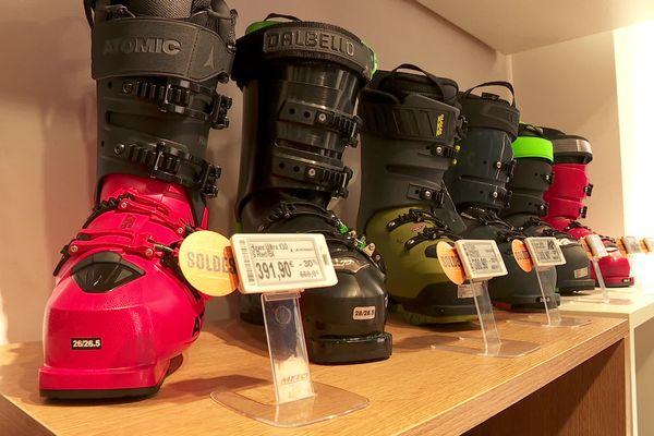 Le magasin Snow Leader, à Annecy, brade ses équipements de ski alpin, boudés par les clients en raison de la fermeture des remontées mécaniques.