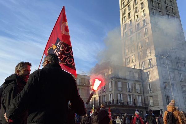 Le cortège amiénois défilant devant la gare d'Amiens et la tour Perret, ce samedi 11 janvier.