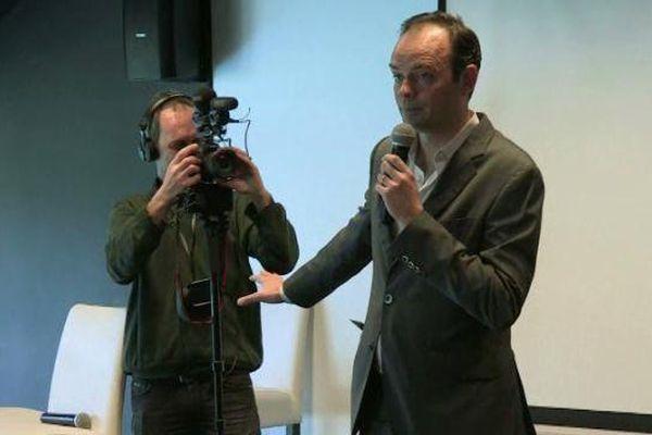 Edouard Philippe lors d'un tournage en 2014. Il présente le réalisateur à son équipe de campagne.