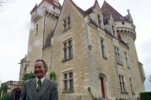 Archives. Akio Bouillon, le plus âgé des fils adoptifs de Joséphine Baker, pose pour le photographe, le 27 avril 2000 devant le château des Milandes, ancienne propriété de l'actrice de music-hall française d'origine américaine.