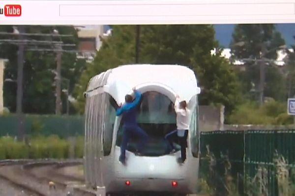 """La pratique du """"Tram surfing"""", qui consiste à s'accrocher aux flans ou à l'arrière d'un tramway, a été constatée dans plusieurs agglomérations de France, comme ici à Lyon, ces dernières années. Elle est évidemment totalement interdite et expose à des risques extrêmes."""