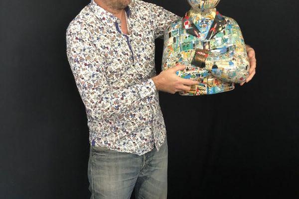 Christophe Tixier, dit Peppone, maroufle des sculptures de Tintin en résine avec les vignettes des albums de son père.