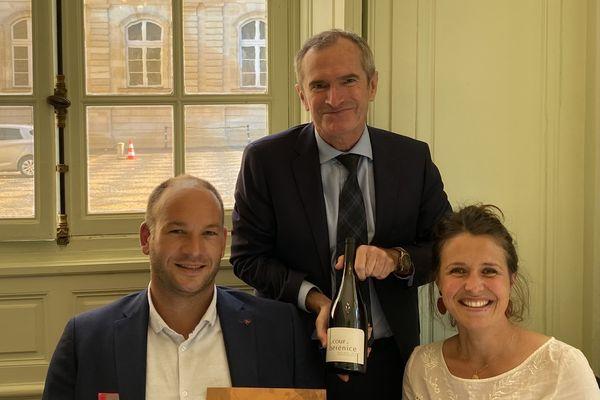 Sur proposition du sénateur Stéphane Demilly (au centre de la photo), le vin de Maximilien et Sarah de Wazières est à la carte du restaurant du Sénat.