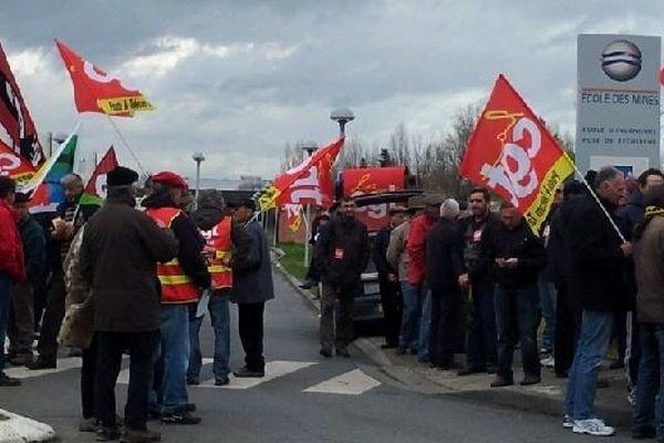 Les manifestants devant l'Ecole des Mines d'Albi.