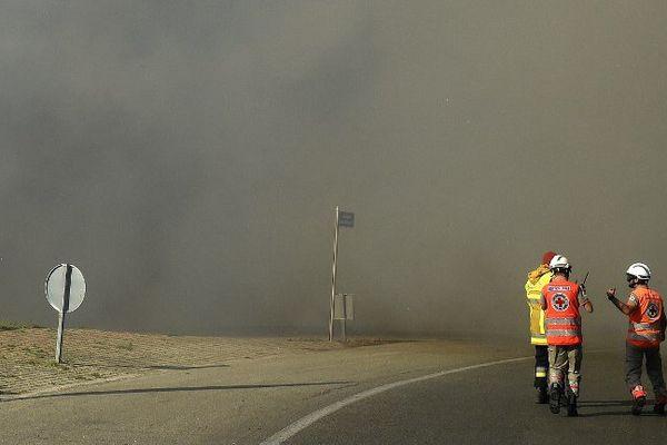 Deux membres de la Croix-Rouge et un pompier travaillent ensemble sur l'incendie de Vitrolles, le 10 août 2016.
