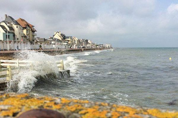 Jour de grandes marées à Luc sur Mer, sur la Côte de Nacre, dans le Calvados.