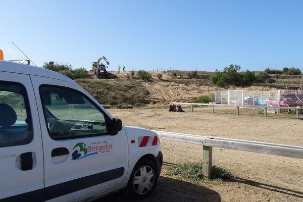 Les pelleteuses sont à l'oeuvre sur la dune qui surplombe la plage de la Normandelière