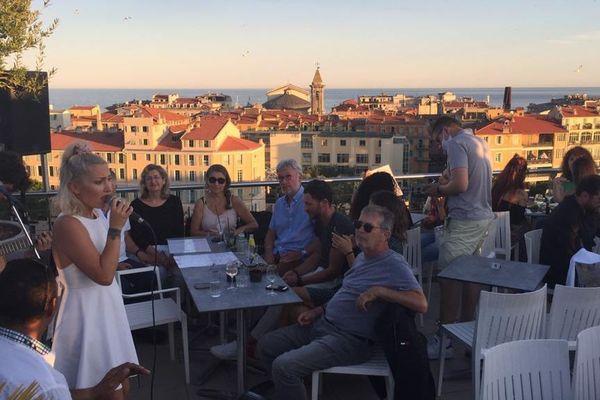 Linh, ex-candidate de The Voice, se produisait sur la terrasse d'un grand hôtel à Nice