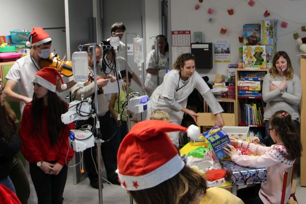 La distribution des cadeaux dans le service pédiatrie