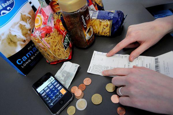 Un étudiant étudie son budget de courses alimentaires - Photo d'illustration