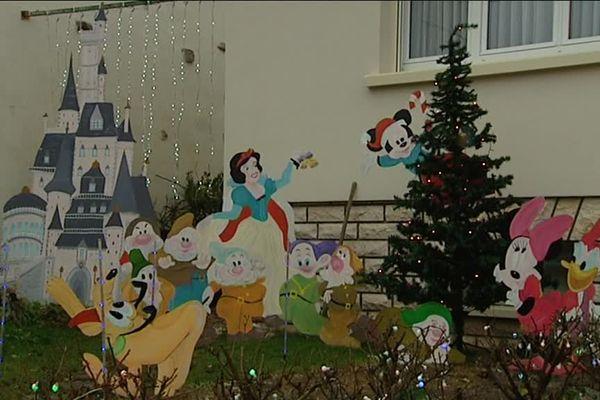 A Gilly-lès-Citeaux, en Côte D'or, Denis Veuve a une véritable passion : décorer son jardin et sa maison aux couleurs de Noël