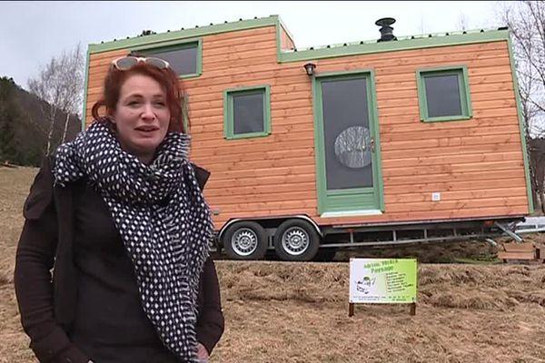 Clélie est heureuse de vivre au grand air avec sa tiny house
