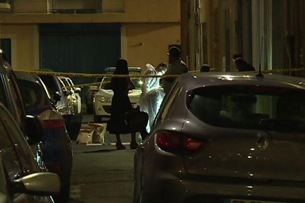 Béziers (Hérault) - les faits se sont déroulés vers 19h dans cette petite rue du centre-ville. La police scientifique est restée sur place pendant plusieurs heures - 1er août 2019.