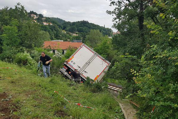 Le camion a terminé sa route sur la voie ferrée, près de Clermont-Ferrand.
