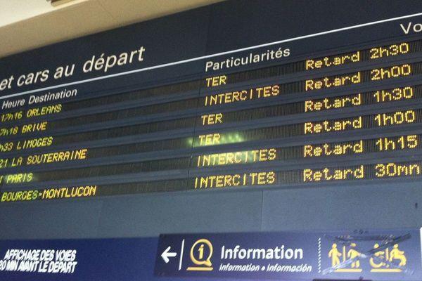 2 heures de retard annoncées en gare de Vierzon le 29 mai au soir en raison de départ de feux près des voies.