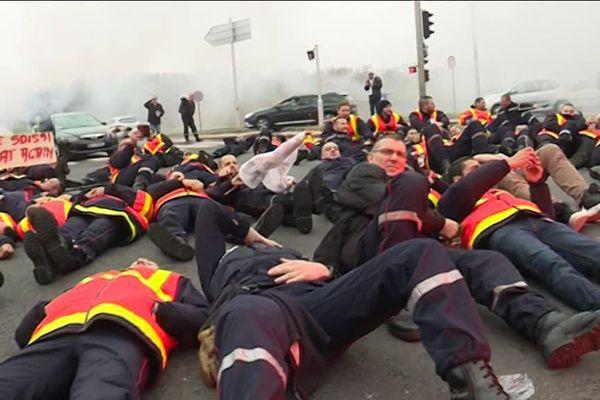 A Evry, les sapeurs-pompiers ont manifesté pour dénoncer la dégradation de leurs conditions de travail, le 15 novembre 2018.
