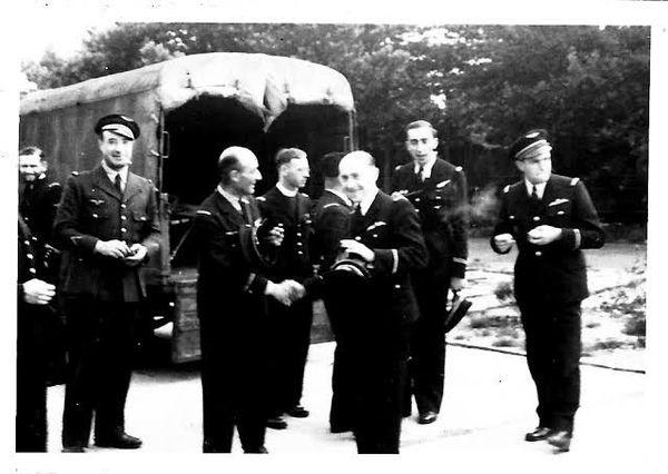 Un groupe d'aviateurs quittant Camberley pour Upwood le 25 août 1942, au centre dans le fond  l'Abbé Trentesaux.