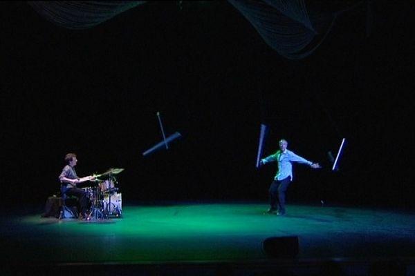 Un duel entre une batterie et un jongleur.
