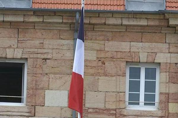 A la caserne du 511ème régiment du train d'Auxonne, le drapeau était en berne dès mardi 12 avril, en fin d'après-midi