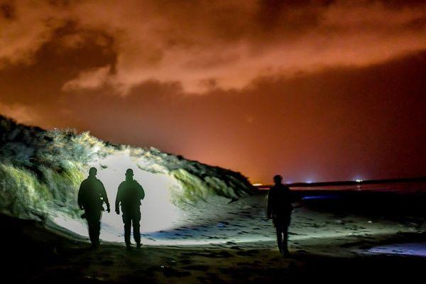 Des gendarmes photographiés au cours d'une opération à Oye-Plage.